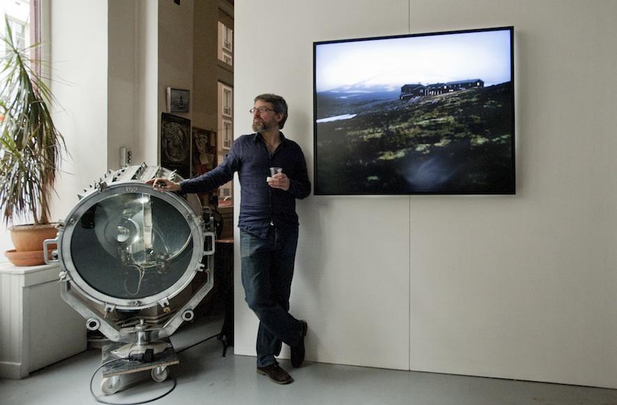 François entre l'un de ses œuvres et un projecteur mythique